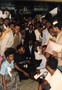 Au premier plan à gauche, le jeune Daniel Mengara posant en photo de famille avec Omar Bongo et les autres étudiants sur le parvis de la Présidence suite à la négociations étudiants-Bongo.